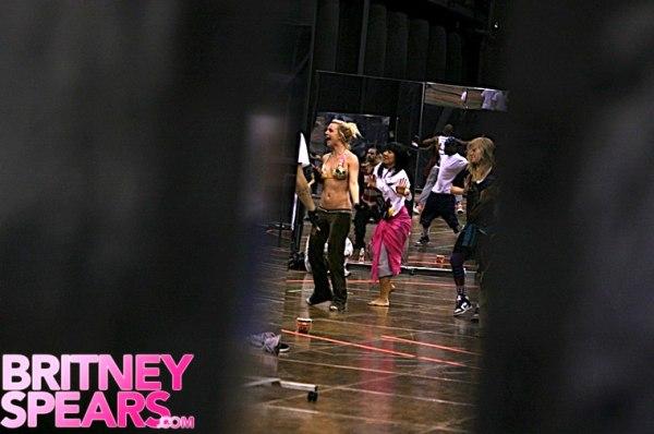 britney-spears-bikini-dance-01