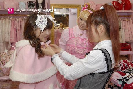 Asuka, outra designer, arrumando uma cliente